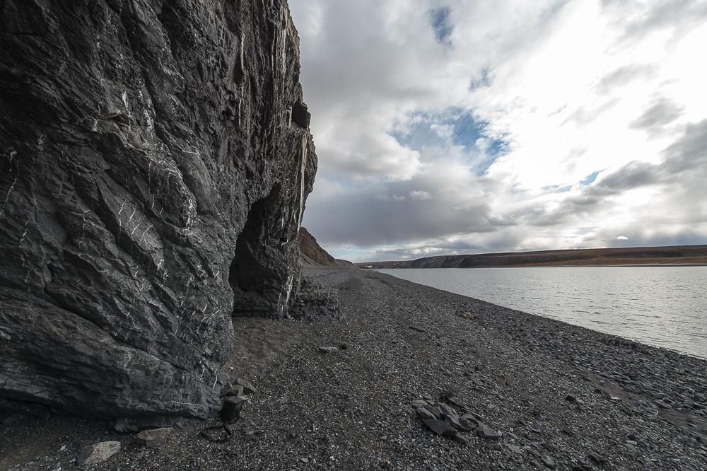 Именно из этого водоема начинается река Нижний Таймыр. В сентябре озеро покрывается льдом, и в таком состоянии озеро находится до июля. В целом всего 73 дня озерная поверхность свободна ото льда.