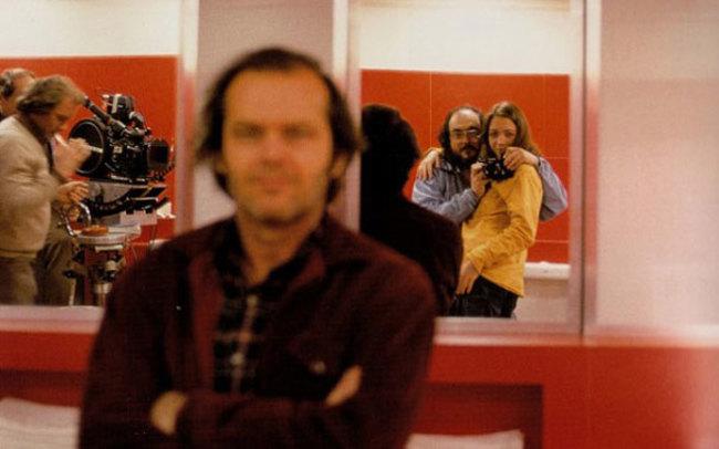 Стэнли Кубрик фоткает селфи с дочерью, в то время как Джек Николсон подумал, что это его фотографируют.