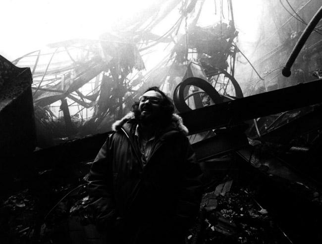 """Стэнли Кубрик смеется в Элстри Студио, съемочная площадка фильма """"сияние"""", которая была уничтожена при пожаре."""