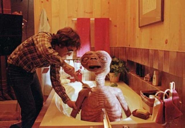 "Режиссер Стивен Спилберг в ванной на съемках фильма ""инопланетянин""."