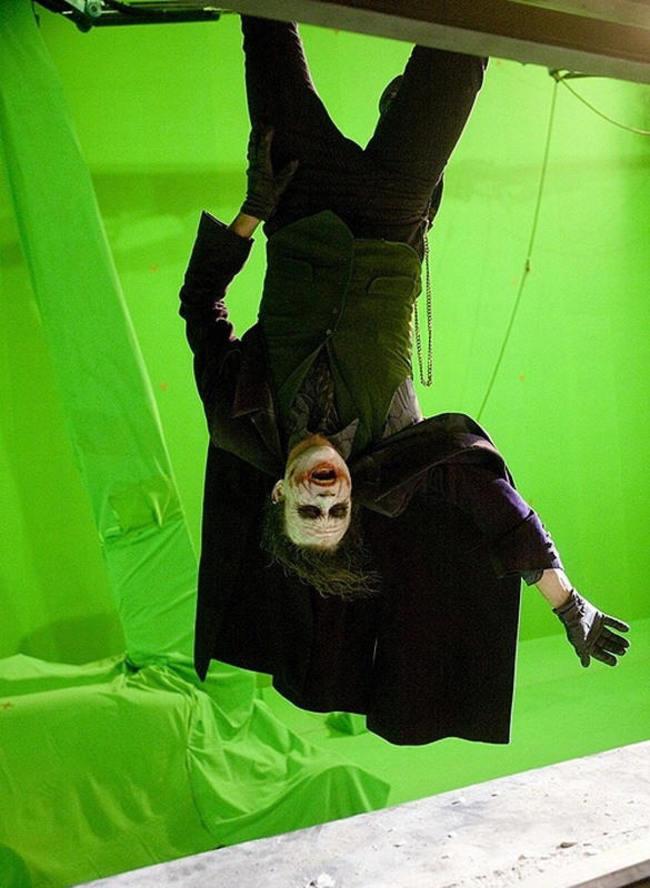 Хит Леджер практикуется для финальной сцены фильма, когда он висит на небоскребе. Выглядит немного иначе, чем вы, его, помните.