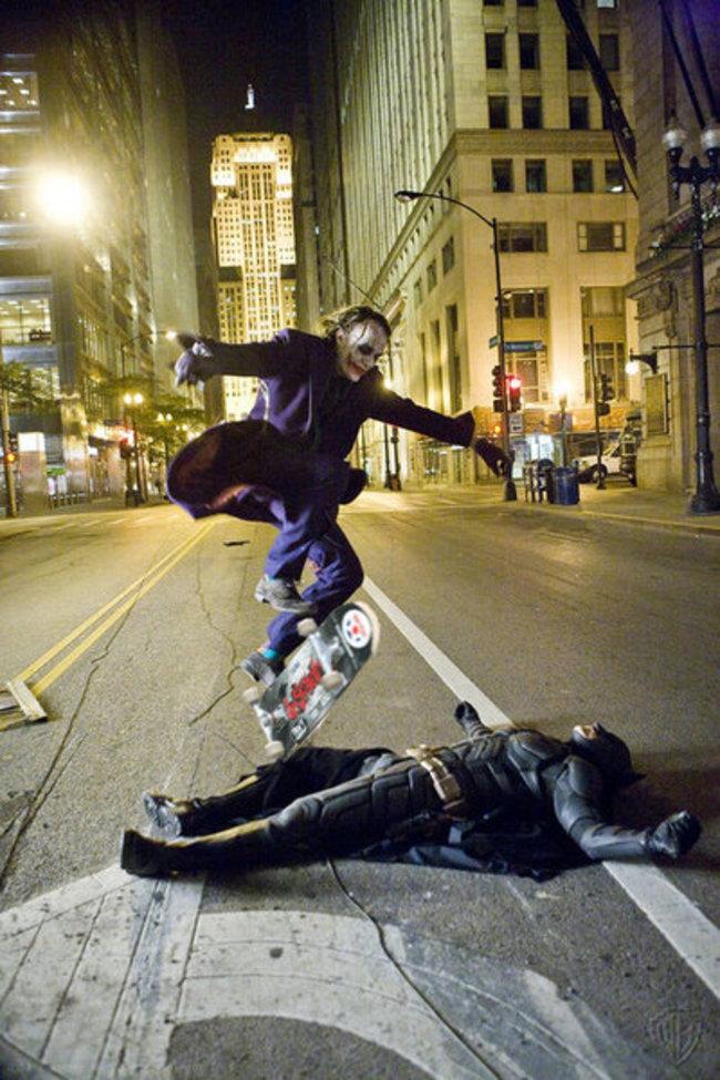 Хит Леджер прыгает на скейтборде через Кристиана Бейла.