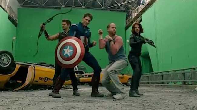 Режиссер Джосс Уэдон, показывает героям, как это делается.