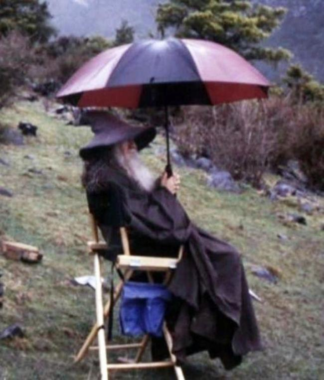 Гэндальф (сэр Иэн МакКеллен) сухой в перерывах между дублями.