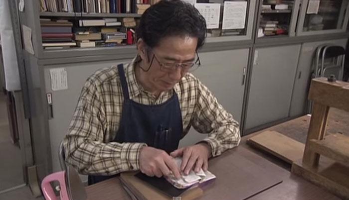 Нобуо Окано занимается реставрацией книг вот уже 30 лет.