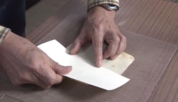 В книге есть географические карты англоязычных стран. Они сильно пострадали, так Нобуо приклеил их на новые листы бумаги.