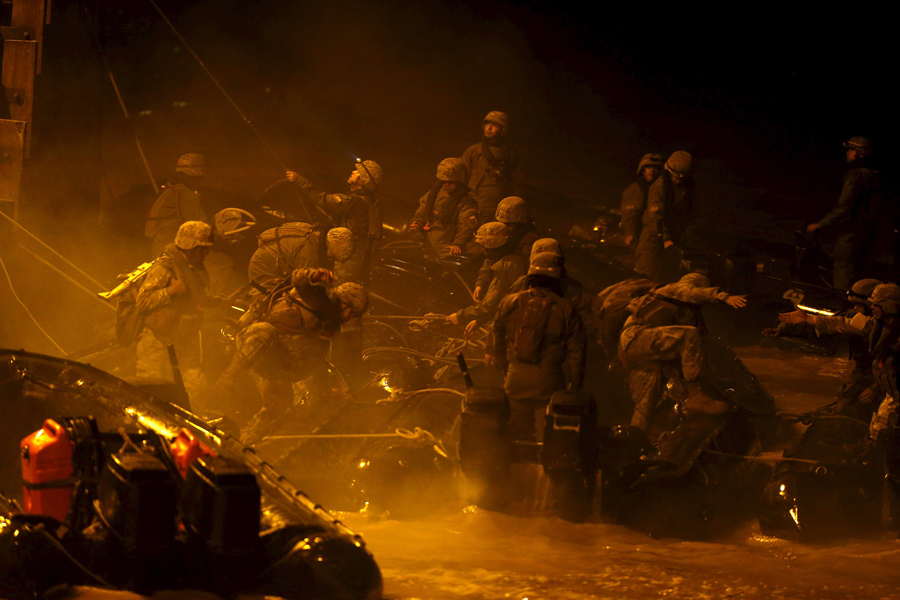 Солдаты на борту надувных лодок, спасают людей после наводнения в городе Чаньяраль (Chanaral), Чили.