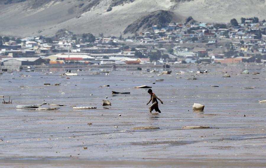 Ребенок ходит по затопленной площади города Чаньяраль, Чили.