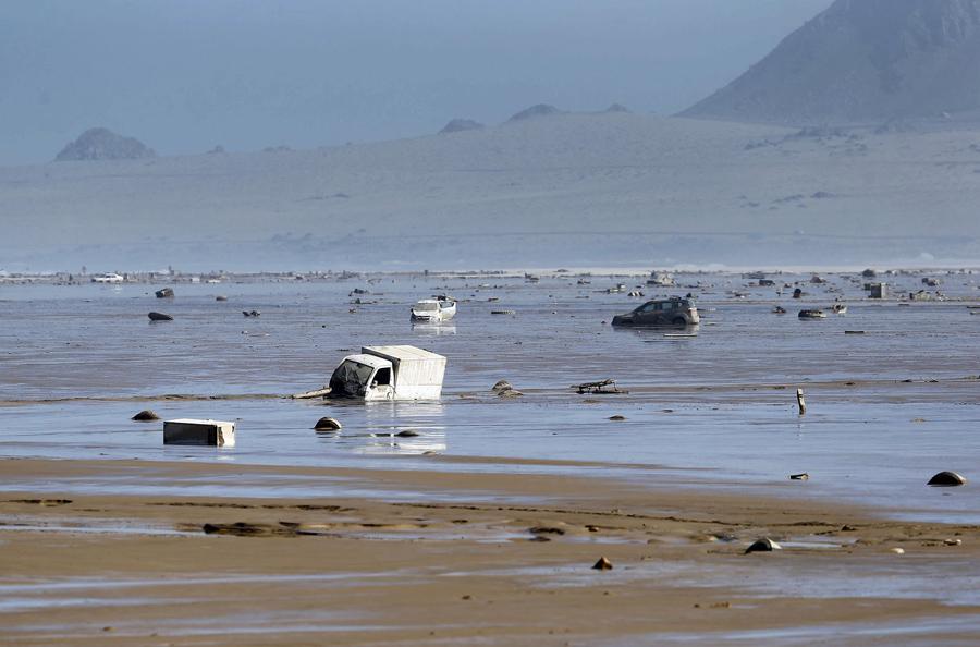 Транспортные средства разбросаны по всей затопленной площади города Чаньяраль, Чили.
