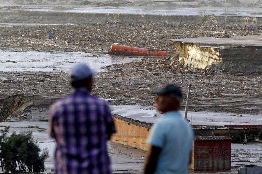 Местные жители собираются перед затопленным районом, Чили.