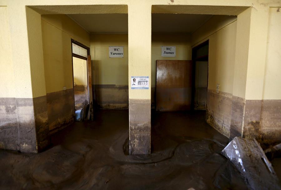 Вид грязных ванных комнат на затопленном складе в городе Лос-Лорос.