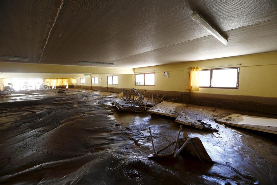 Вид помещения покрытого грязью в затопленном складе в городе Лос-Лорос.