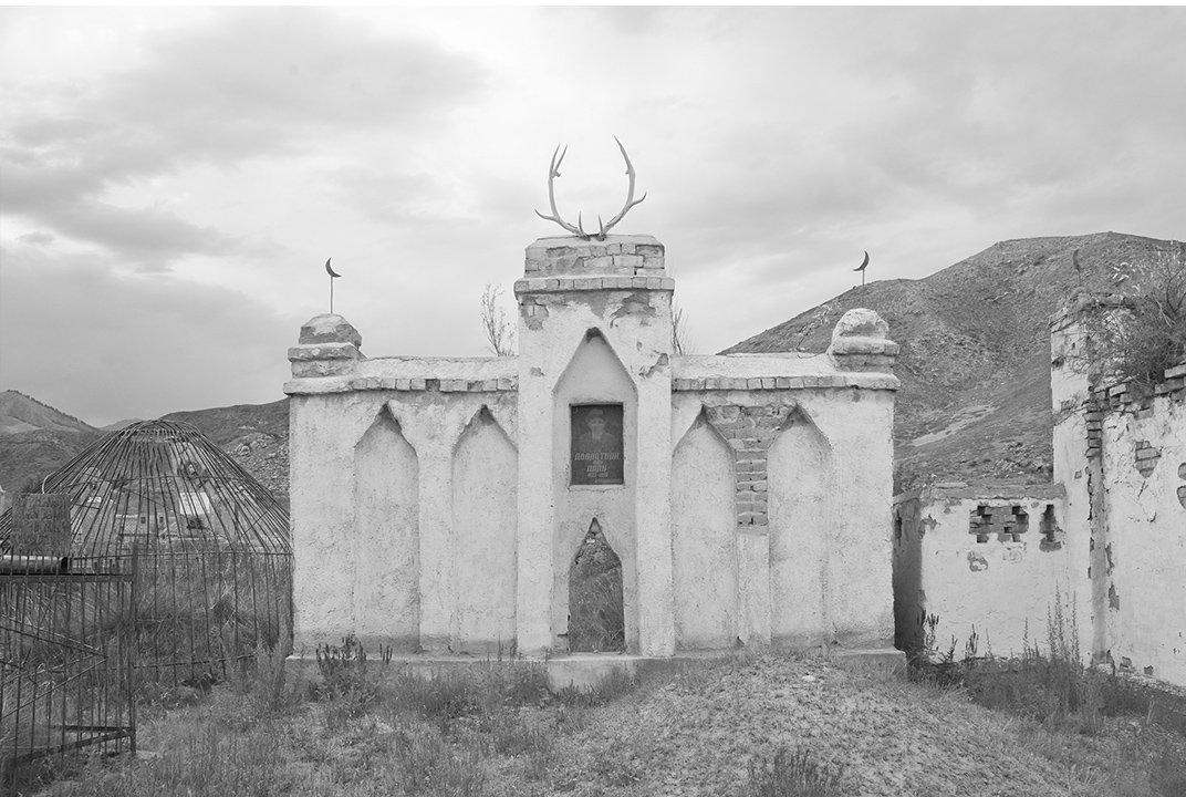 Оленьи рога украшают памятник на кладбище, также портрет оформленный с советских времен  и исламский полумесяц.
