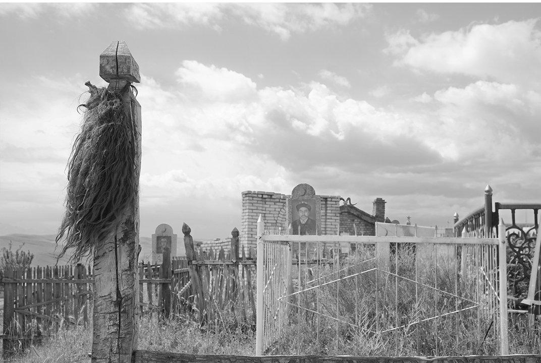 Хвост яка висит на столбе, ориентировочно кочевая  культура Киргизии .