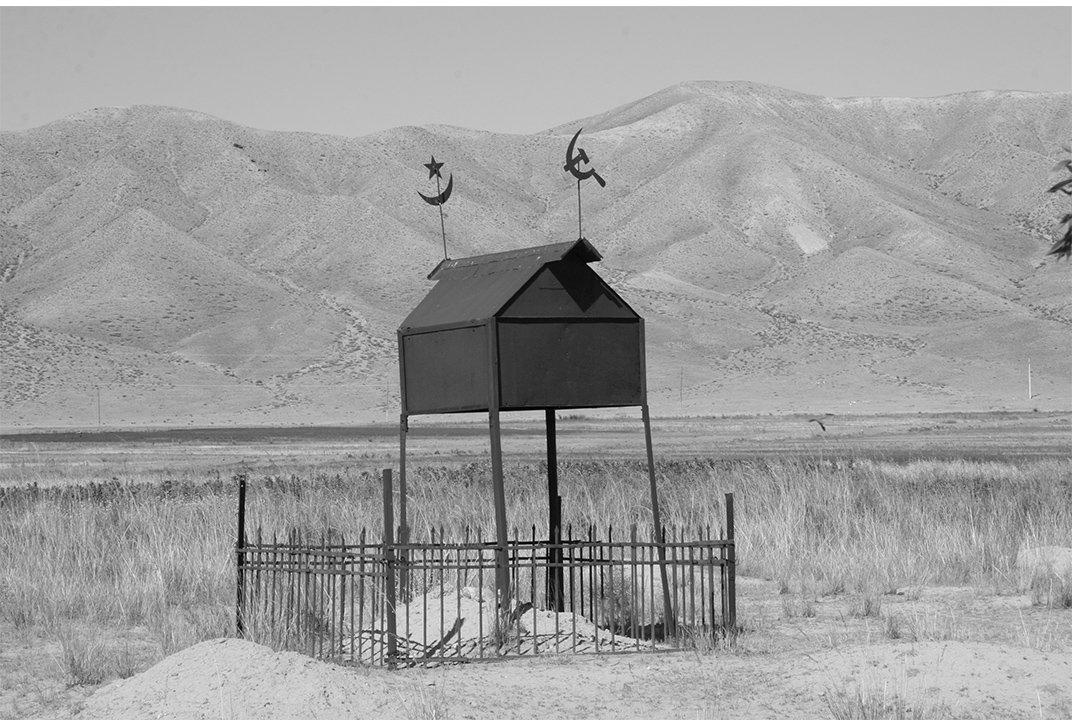 Исламские звезда и полумесяц выше этого памятника, наряду с Советским серпом и молотом.