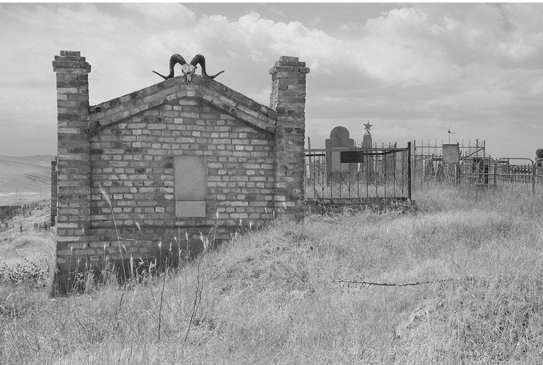 """Мортон: """"Знакомые с западом обряды погребения, была поражена величием Киргизских кладбищ."""""""