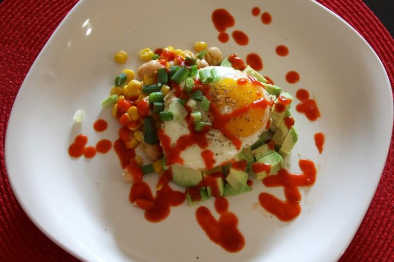 Салат из жареного яйца, нута, и моуса срирача