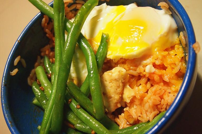 Тайский рис с чесноком, зеленая фасоль и жареные яйца
