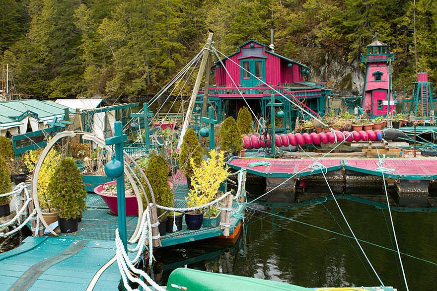 Пара живущая на плавучем острове