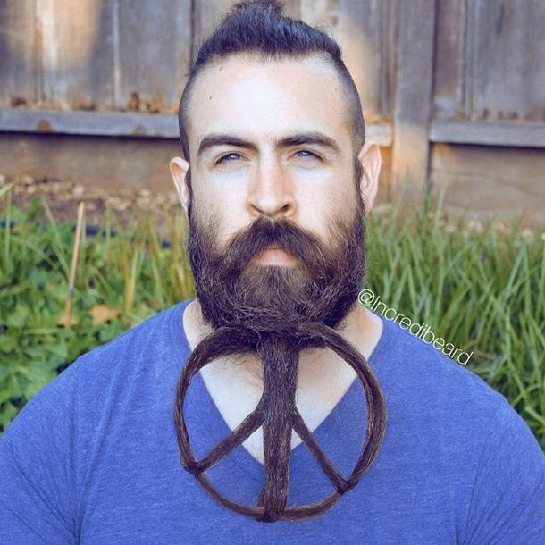 Что он делает со своей бородой?