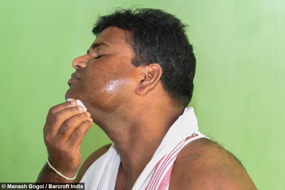 """Этого человека зовут Bhupen Chandra из Индии, он может вставить до 550 хирургических игл себе лицо в любой период времени, даже не дрогнув. Подвиги """"человека подушки"""" снискали ему место в книге рекордов, теперь он мечтает однажды поставить новый мировой рекорд."""