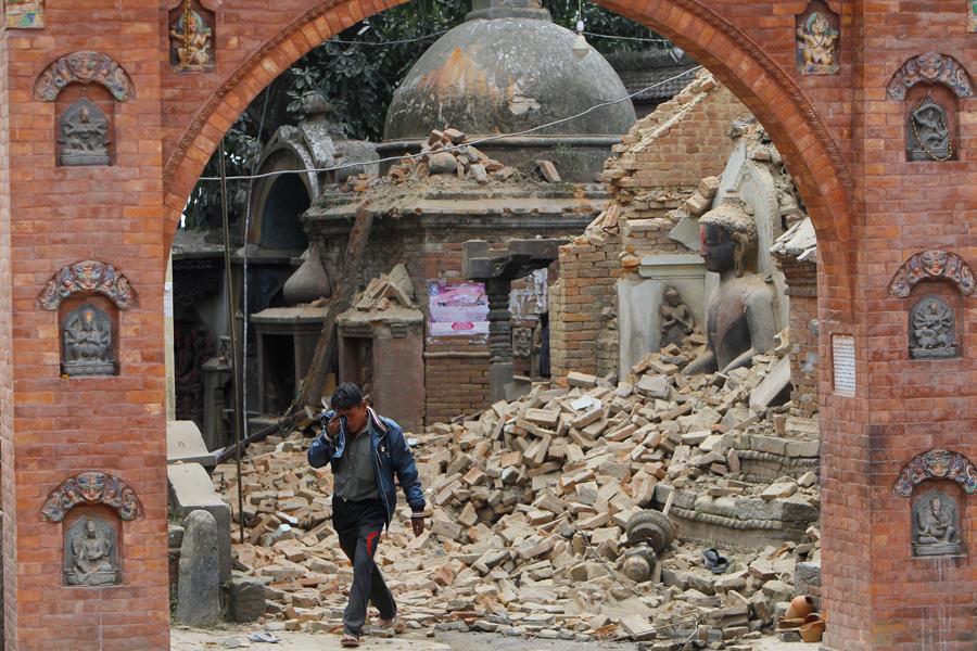 Мужчина из Непала плачет как после землетрясения в городе Бхактапур, рядом с Катманду.
