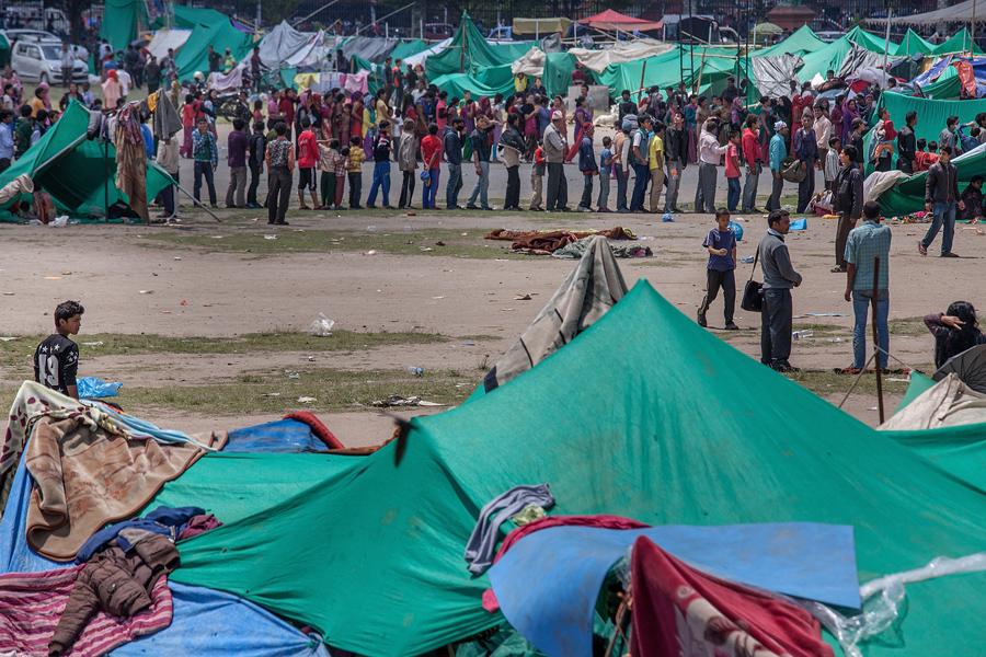 Жители выстраиваются в очередь за едой в эвакуационной зоне сформированной властями.