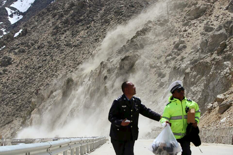 Оползень вызванный толчками, в Ньялам, тибетский автономный район, Китай.
