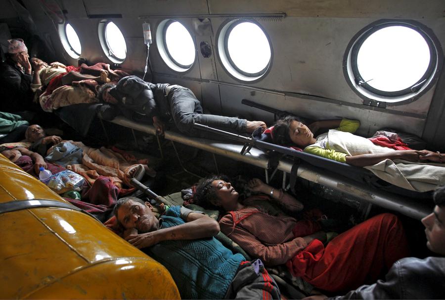 Жертвы землетрясения лежат внутри вертолёта ВВС Индии, их эвакуировали из Трисули.