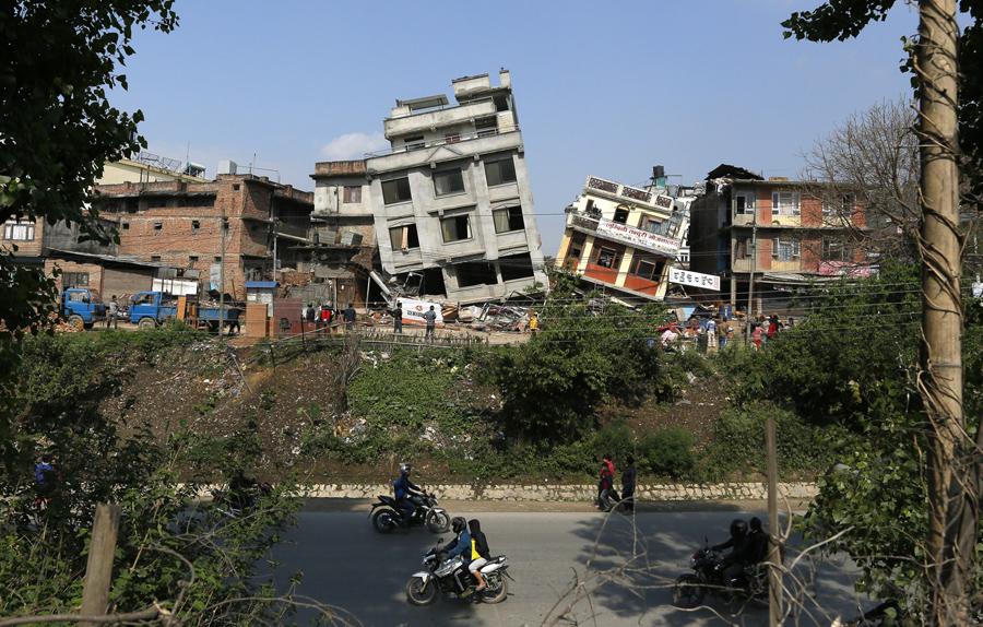 Разрушение зданий в результате землетрясения в Катманду.