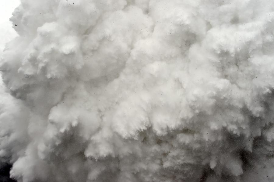 Облако снега и обломков, вызванные землетрясением направляется к лагерю у Эвереста, в Гималаях.