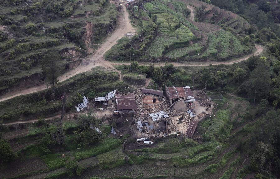 На склоне холма поврежденные жилые здания,  в результате землетрясения в Трисули, Непал, вид с воздуха.