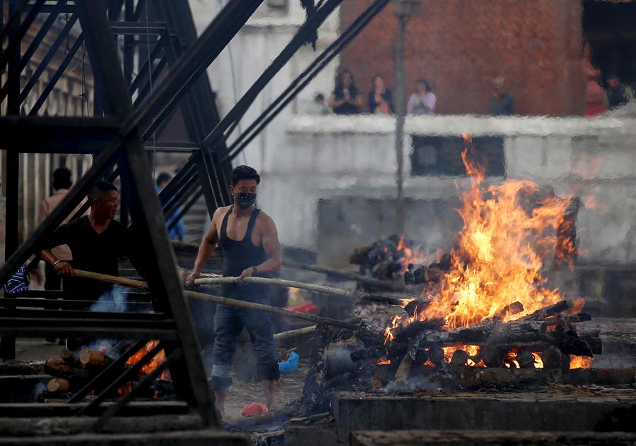 Жертв землетрясения кремируют вдоль реки в Катманду.