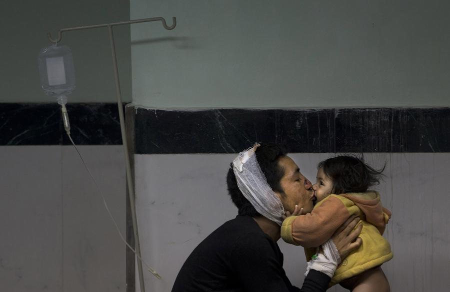 Раненый мужчина, играет с дочерью в больнице Катманду.