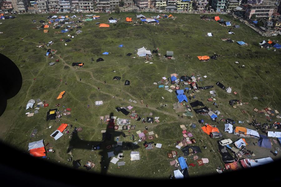 Тень от самолёта ВВС Индии, летит с гуманитарной помощью в Катманду.