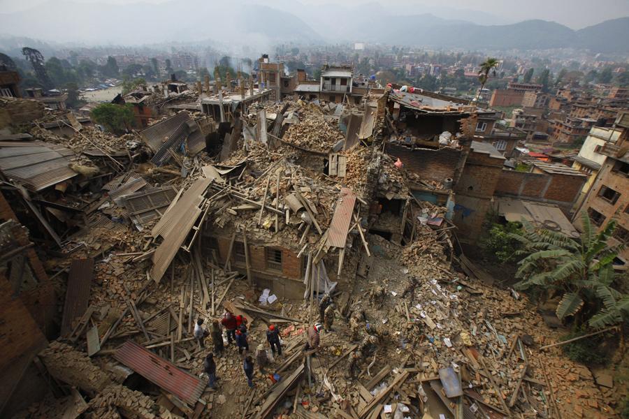 Руины, спасатели убирают мусор, ищут жертв землетрясения в Бхактапур, рядом с Катманду.