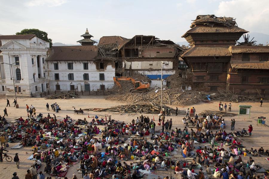 Люди собираются на площади Дурбар из соображений безопасности, после землетрясения в Катманду.