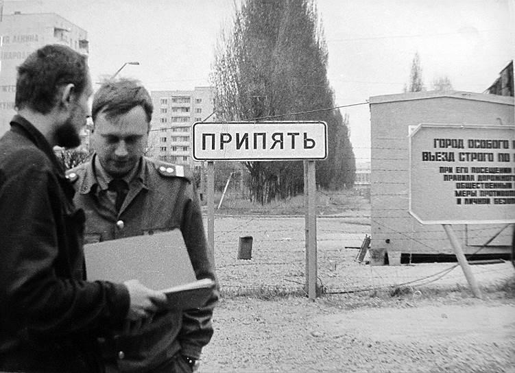 В результате взрыва на АЭС произошло радиоактивное заражение в радиусе 30 км, Чернобыль и окружающиегорода опустели. Жизнь до и после катастрофы — в фотогалерее «Ъ». 4 февраля 1970 года считается началом строительства Припяти. В этот день был заложено общежитие №1, здание строительного управления, начался монтаж временного поселка «Лесной»