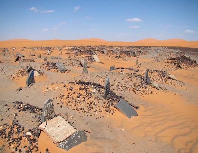 На окраине городка Мерзуга (Merzouga), примерно 30 км от границы с Алжиром, - это специальное и красивое старинное мусульманское кладбище.
