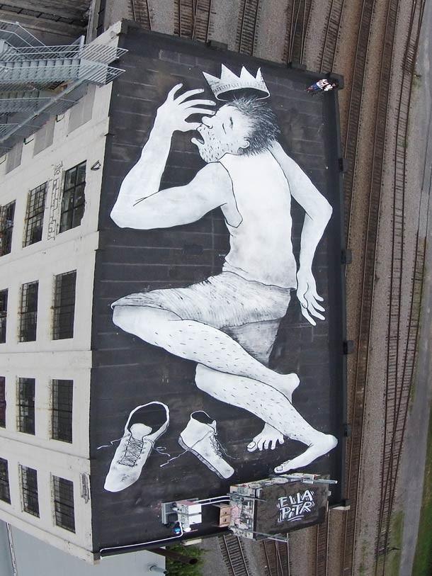 Французская пара использует мел, уголь, акриловые краски, и чернила, чтобы создать свой стрит-арт.