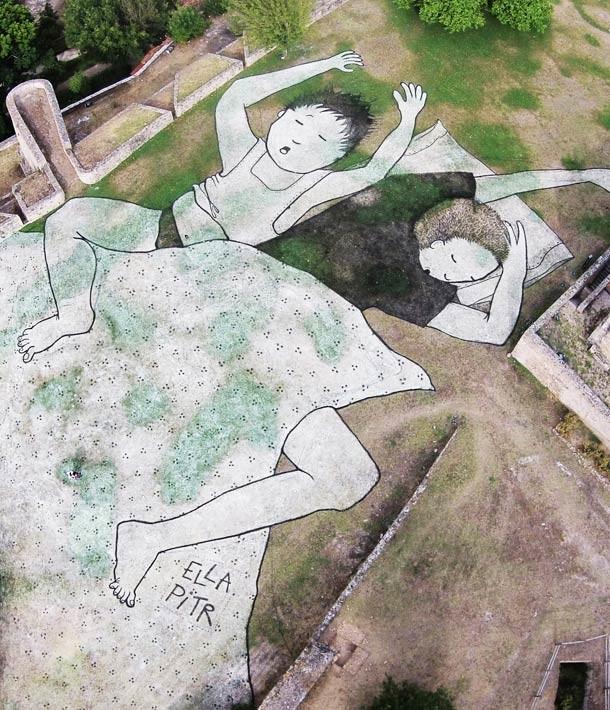 Художники сначала рисуют спящих людей в тетради, а только потом переносят на улицы.