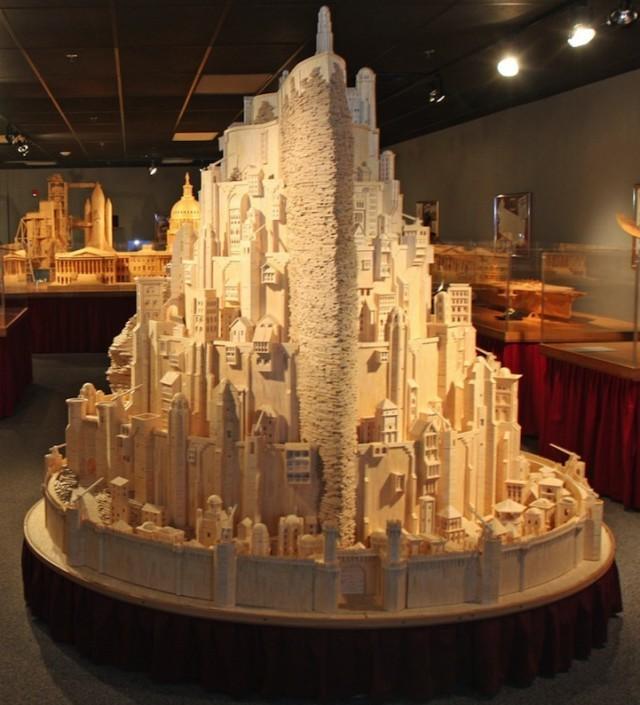 Эктон делает модели из спичек уже много лет. Он начал работать с ними еще в конце 1970-х годов, его первая работа была простой моделью церкви. С тех пор он создал 65 моделей из спичек на тему архитектуры, искусства и техники. Он использовал около четырех миллионов спичек, чтобы сделать это.