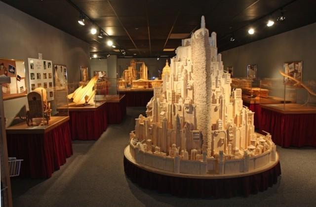 Замок окружен множеством других, не менее впечатляющих моделей из спичек в музее.