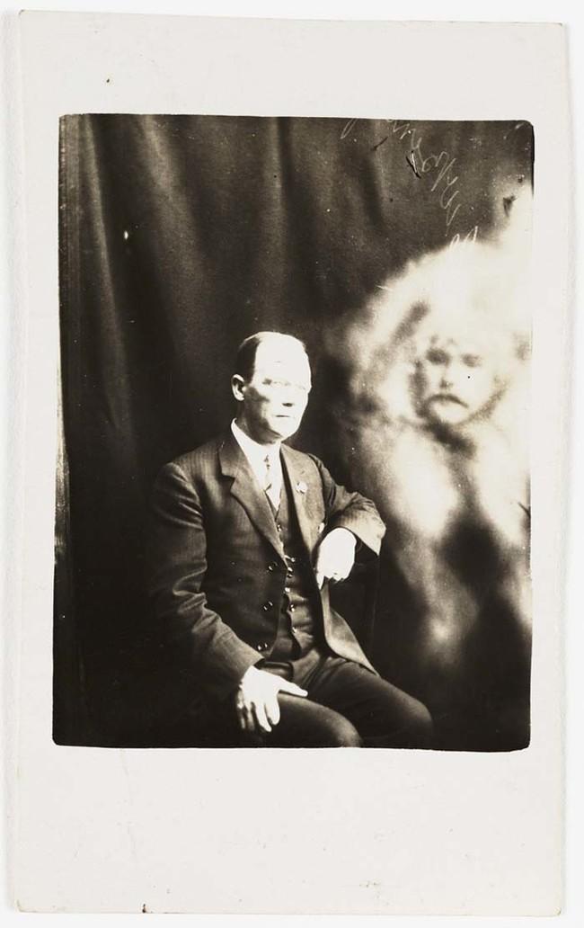 Уильям Хоуп когда повзрослел работал плотником, прежде чем увлекся фотографией.