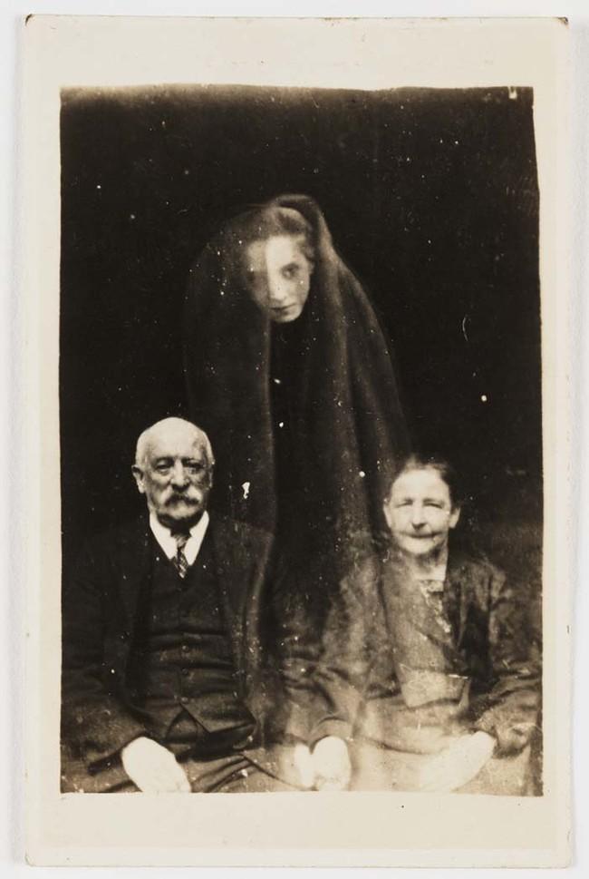 Вскоре после этой встречи с миром духов, продолжал руководить группой (которую и основал) фотографов Круг Кру» (Crewe Circle).