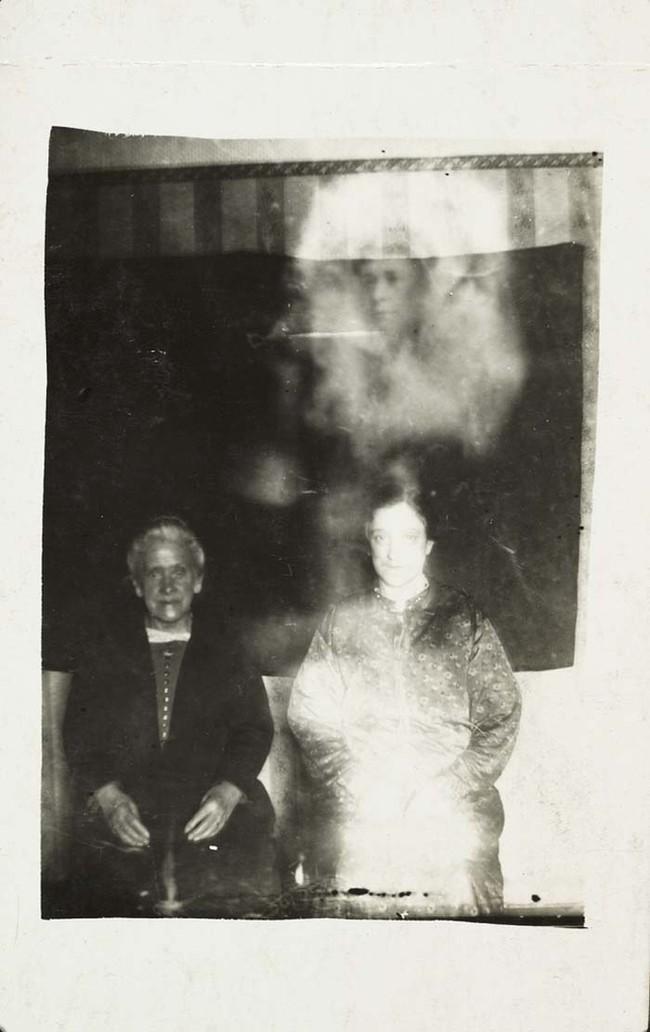 К 1920-м годам, было очень популярна фото сессия с духами. Однако, было так же очень много критиков.