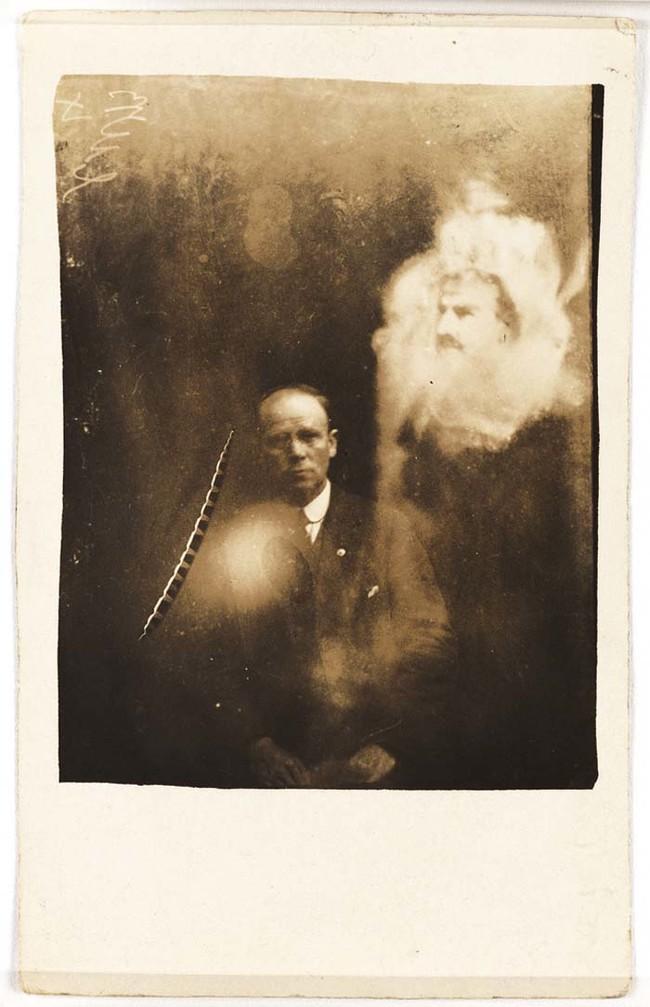 Хоуп и его Кру Круг продолжали исповедовать свою веру в духов на фото, вплоть до своей смерти в 1933 году.
