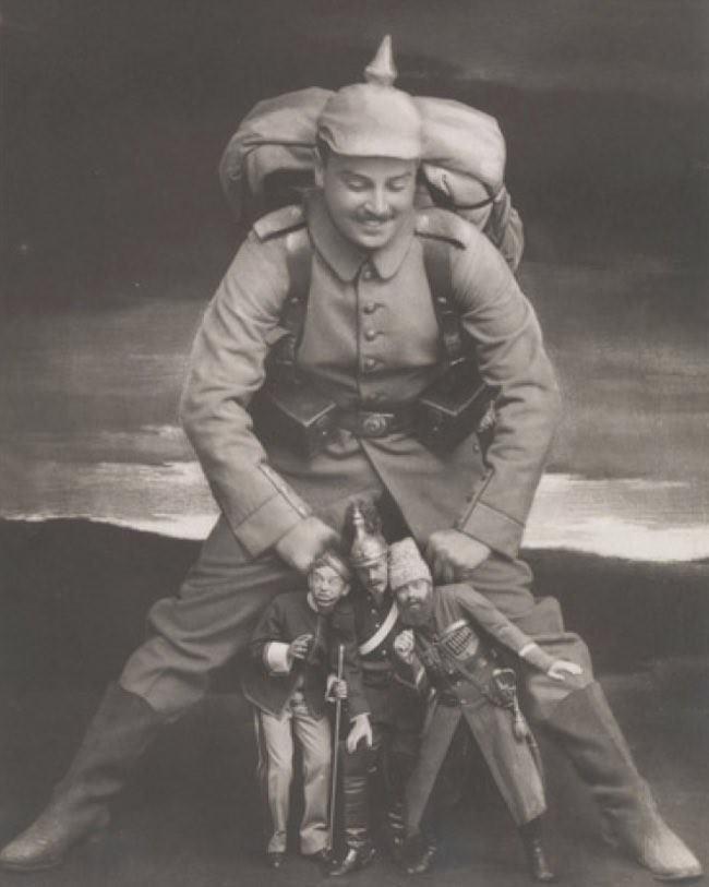 Это немецкая пропаганда на рисунке показан немецкий солдат, который сокрушает военных Антанты (Россия, Франция и Великобритания) в Первой мировой войне. Наконец, фото манипуляции позволили фотографам выполнить тонкую настройку изображений. Фотографы быстро узнали, что они могли бы получить правильный баланс путем объединения негативов. Ретуширование фотографий также было уже известно, появилось от решений людей казаться более привлекательными, или, в случае с диктаторами, полностью стирать людей из фотографий.