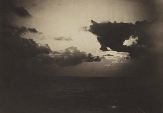 Этот драматический пейзаж был создан путем объединения двух разных негативов, одно небо и одно море. Поскольку негативы были созданы отдельно, воздействие могут быть разными, получая этот светлый и темный эффект.