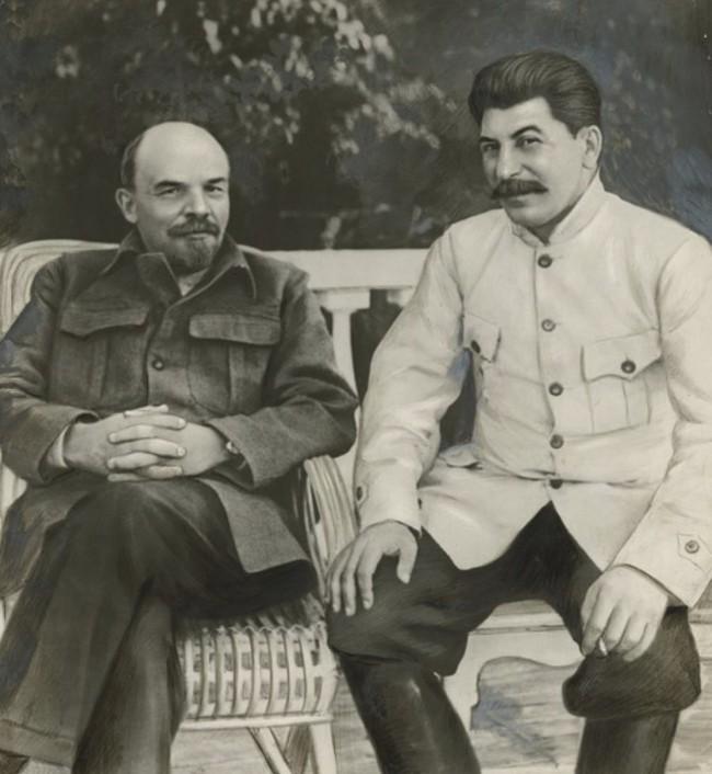 Эта фотография ретушировалась художником, делая его более похожим на живопись, чем на фотографию. В ретуши включено сглаживание кожи Сталина,левая рука получилась длиннее.